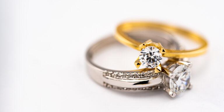 Anelli con diamanti in oro bianco e giallo