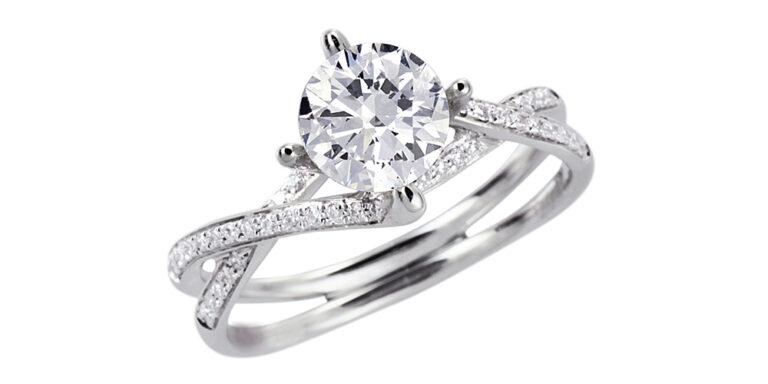 Diamante grande su anello con diamanti piccoli